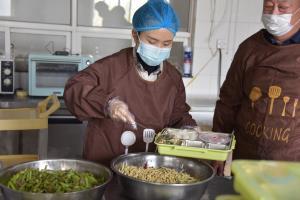 邯郸市店:小餐盒里藏大爱,将暖心餐送到员工身边